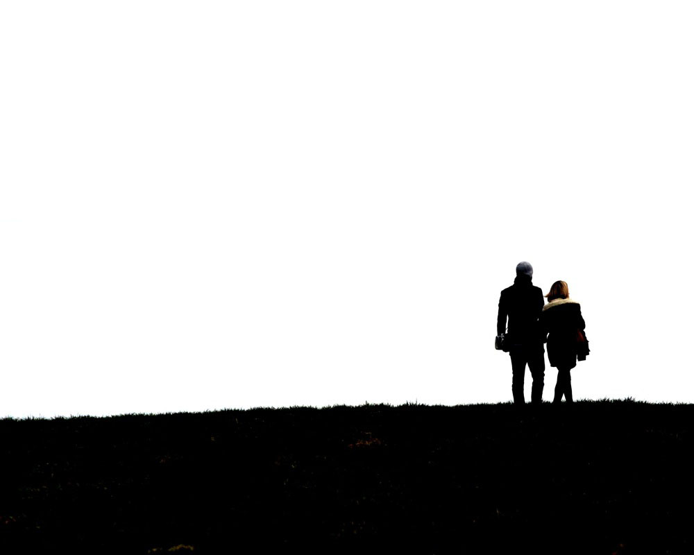 Una coppia di anziani che passeggiano mano nella mano