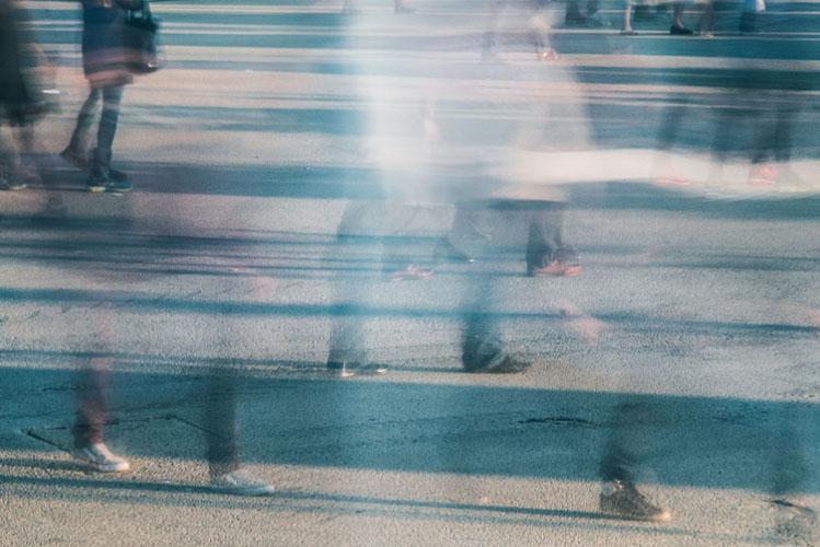 Gente che cammina. Soli nella folla